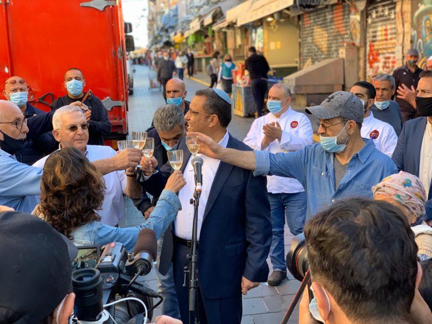 ראש העיר משה ליאון והסוחרים בשוק מחנה יהודה, הבוקר (צילום: רון ירקוני יחסי ציבור)