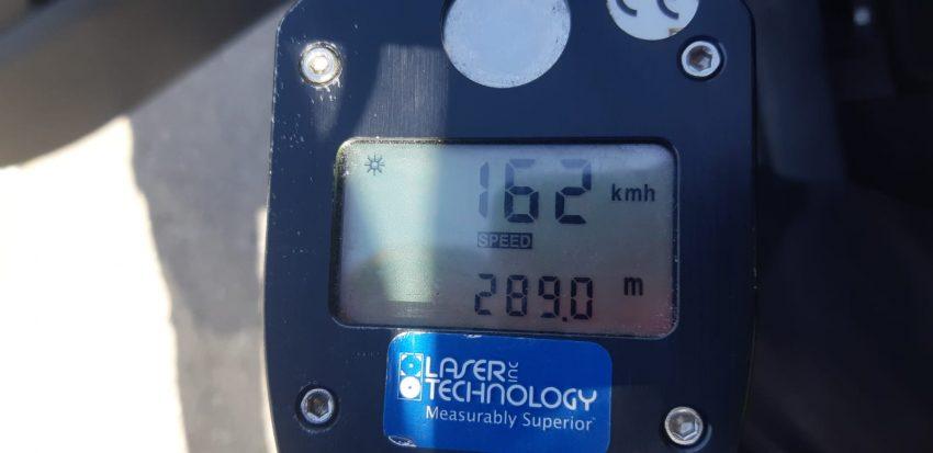 """מד המהירות - נהג נתפס נוהג במהירות 162 קמ""""ש בכביש 45 (צילום: דוברות המשטרה)"""