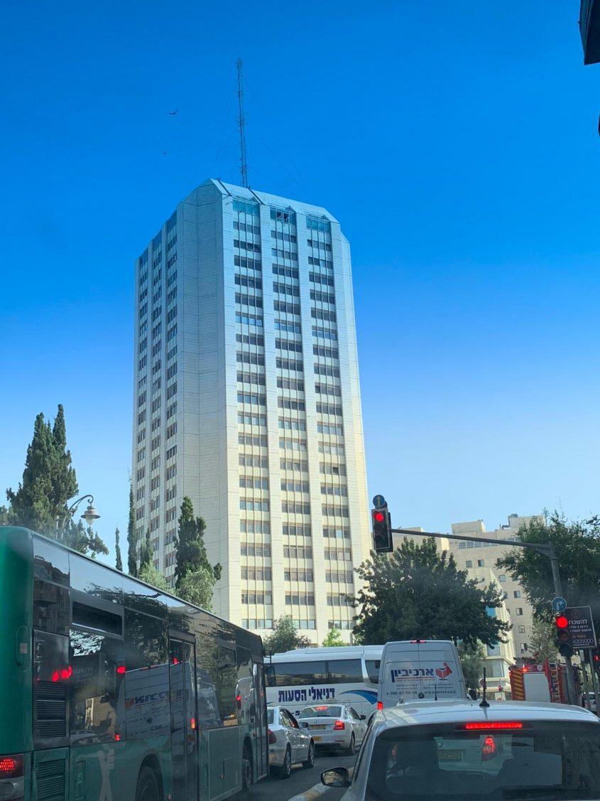 מגדל העיר - אדם מאיים לקפוץ (צילום: פרטי)