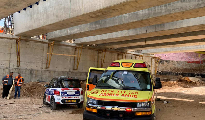 """זירת התאונה שבה נפל הפועל במלחה (צילום: תיעוד מבצעי מד""""א)"""