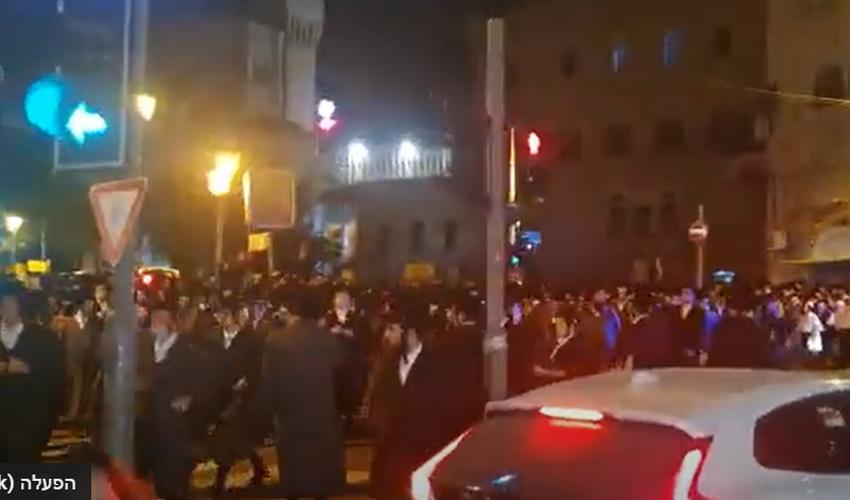 אלפים משתתפים בהלוויה במאה שערים בניגוד להגבלות הקורונה (צילום: מחאות החרדים הקיצוניים)