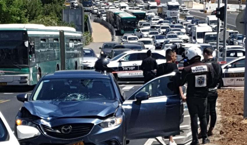 זירת התאונה הקשה בשדרות גולדה מאיר (צילום: דוברות איחוד הצלה)
