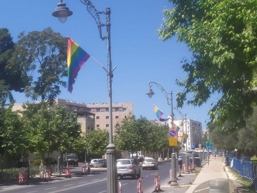 הדגלים שנתלו היום ברחוב אגרון - צולם בשעה 10:30 (צילום: המרכז הרפורמי לדת ומדינה)