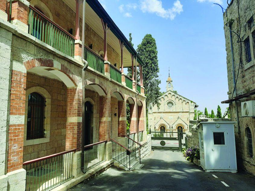 """המרכז הפיני בירושלים וכנסיית סנט פאול ממולו (צילום: ד""""ר אדם אקרמן)"""