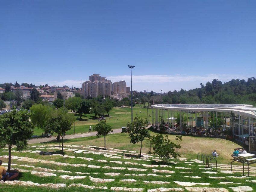 במרחב הפתוח: היוזמה של מועצת הנוער בירושלים לקיים נשפי סיום בגן סאקר