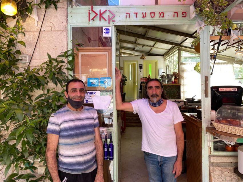 """יעקב בן אלול והעובד מוסטפא ב""""קאלו"""" (צילום: מתוך הטוויטר של אנשיל פפר)"""