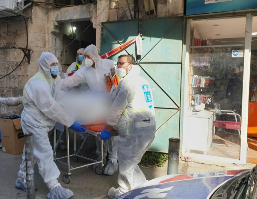 פינוי גופתו של הדייר בשכונת גאולה (צילום: שלומי טריכטר)