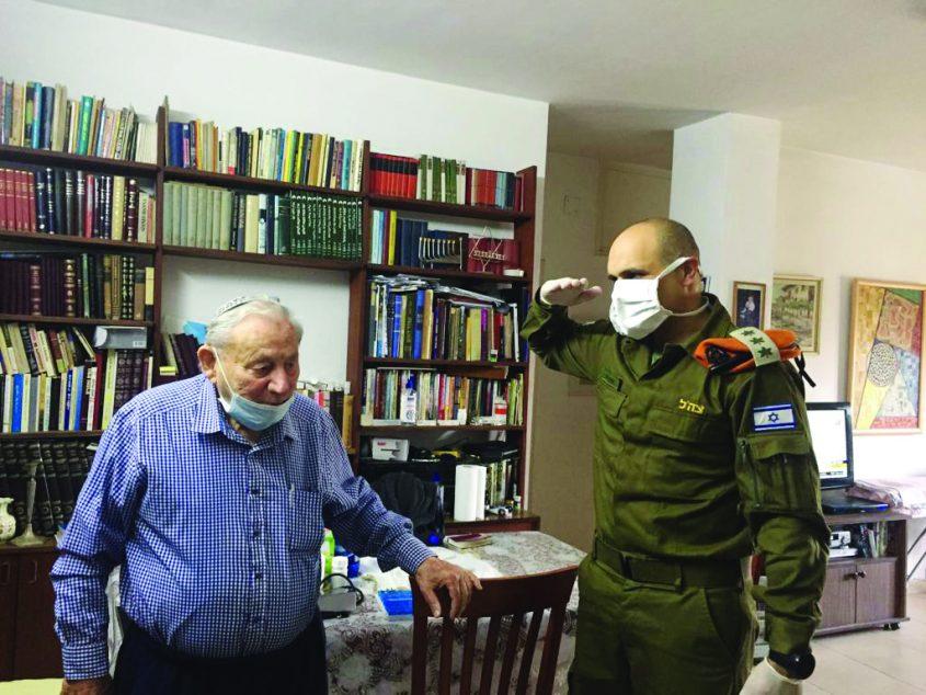 """אל""""מ איתי לוי וצוות פיקוד העורף בזמן חלוקת חבילות מזון בירושלים בסגר הקורונה (צילום: דובר צה""""ל)"""