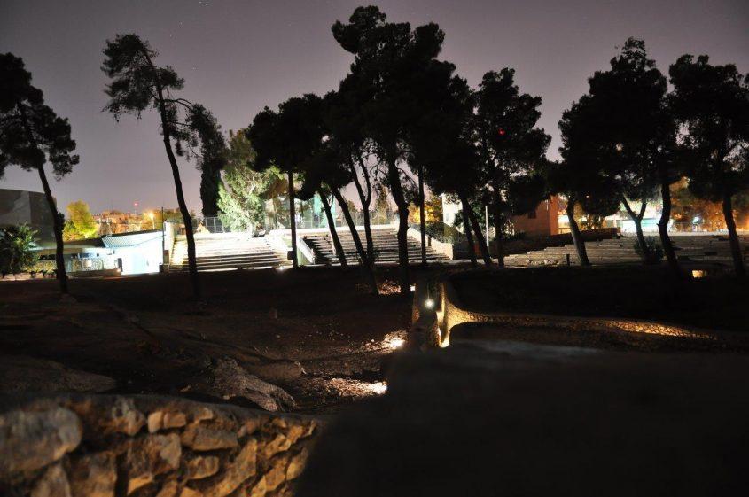 אתר גבעת התחמושת בלילה (צילום: אלון גורן)