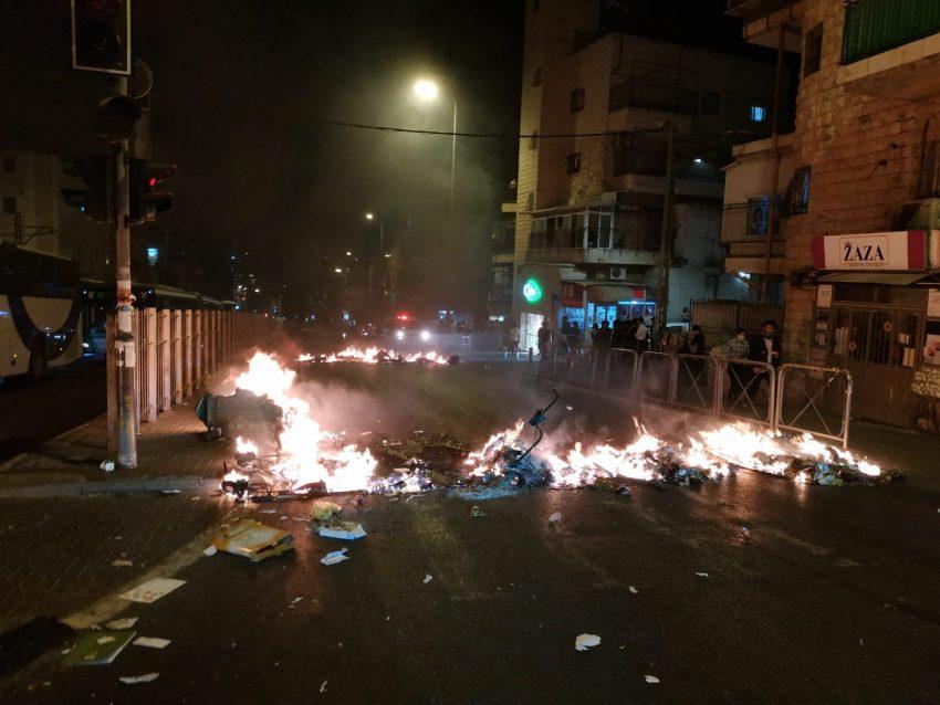 ההפגנות האלימות הלילה במאה שערים (צילום: דוד פרלמוטר - מחאות החרדים הקיצוניים)