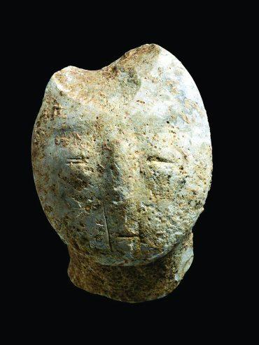 מסכה של נפטר שנחשפה ביישוב הפרה-היסטורי (צילום: באדיבות רשות העתיקות)