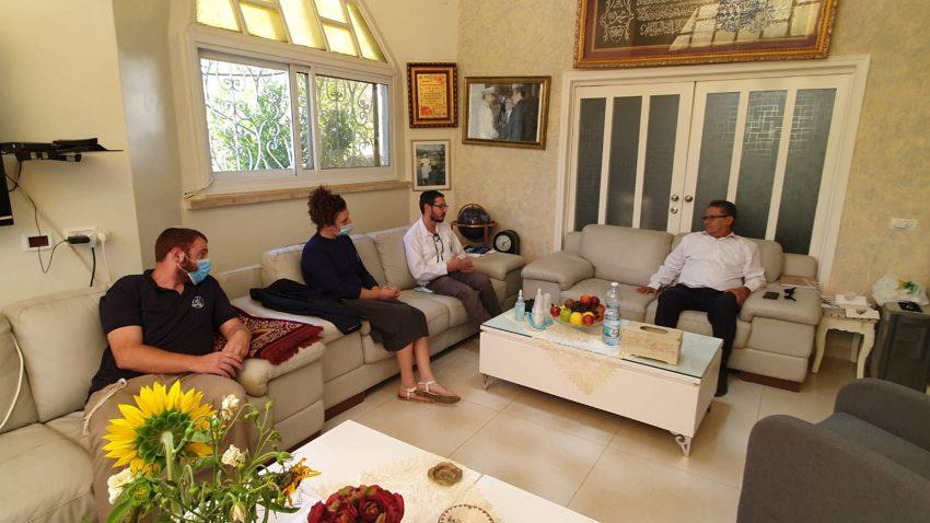 """נציגי תנועת הנוער אריאל בביתו של ראש מועצת אבו גוש סלים ג'אבר (צילום: יח""""צ)"""