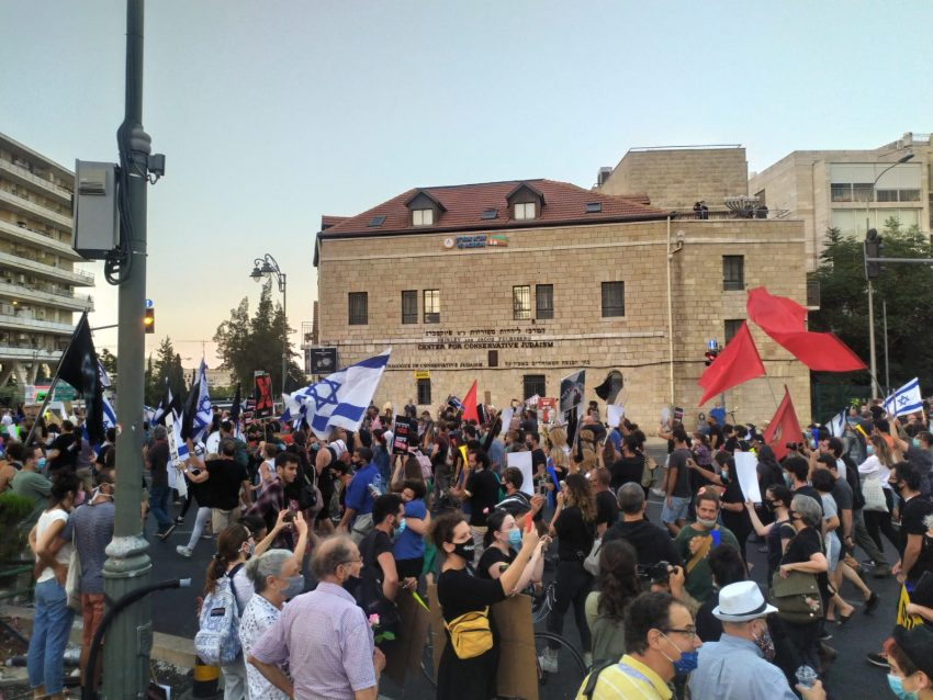 """מחאת המסעדנים בבלפור; הפגנת """"הדגלים השחורים"""" בכנסת – צפו"""