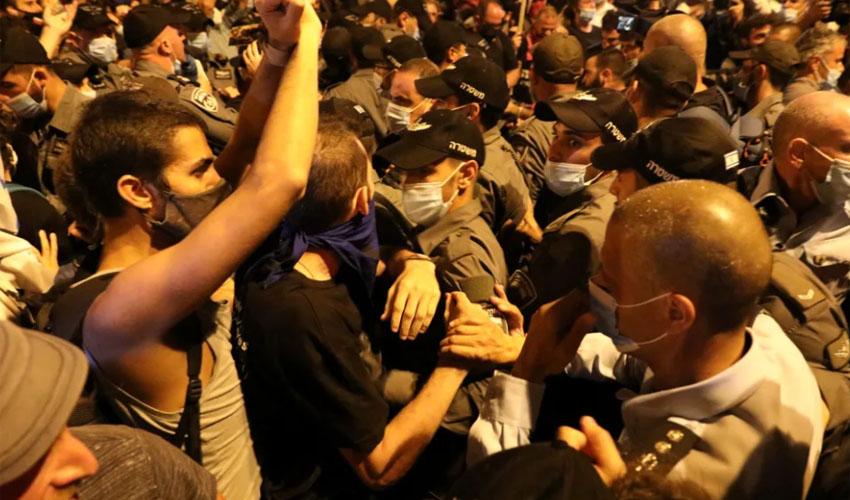 הלילה - העימותים בין השוטרים לבין המפגינים מול בית ראש הממשלה ברחוב בלפור (צילום: אמיל סלמן)