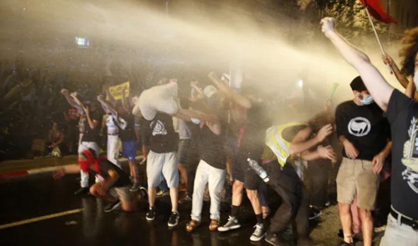 אמש - ההפגנה מול בית ראש הממשלה בבלפור. המשטרה מפזרת מפגינים (צילום: תומר אפלבאום)