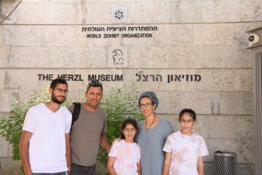 ראש עיריית שדרות אלון דוידי ובני משפחתו (צילום: דוברות מרכז הרצל)