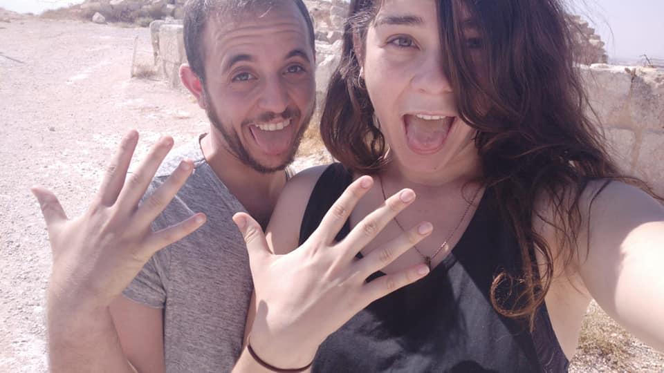 עופר ארז (משמאל) ובת זוגו בתמונה שפרסמו בפייסבוק (צילום: מתוך פייסבוק)