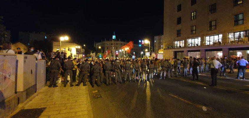 אמש - ההפגנה מול בית ראש הממשלה בבלפור (צילום: דוברות המשטרה)