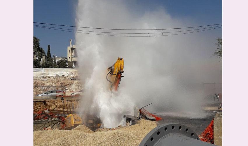 פיצוץ צינור המים בצומת פת (צילום: דוברות הגיחון)