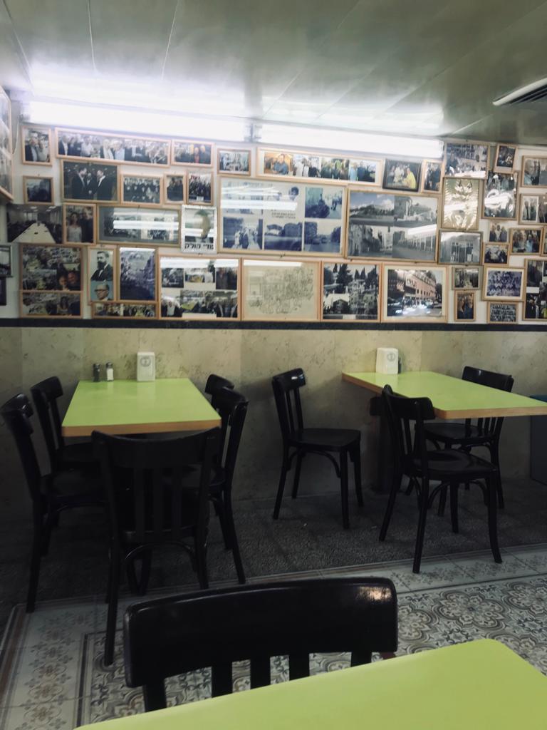 """""""קיר התהילה"""" במסעדת פינתי במרכז העיר (צילום: מאיר מיכה)"""