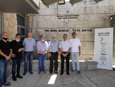 מנהל מרכז הרצל עודד פוייר יחד עם יהורם גאון והפרלמנט (צילום: דוברות מרכז הרצל)