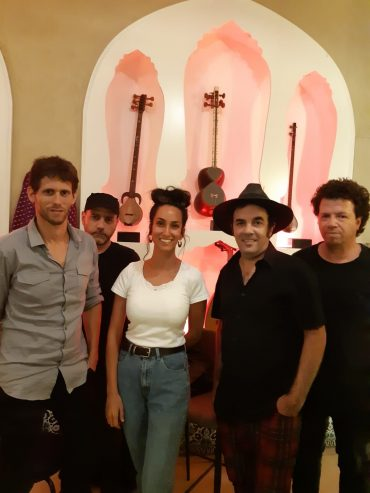 שרונה דרעי מנהלת מוזיאון המוזיקה העברי עם חברי להקת כנסיית השכל (צילום: שרונה ילוז)