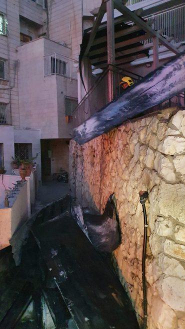 זירת השריפה לפנות בוקר בנוה יעקב (צילום: כבאות והצלה לישראל מחוז ירושלים)