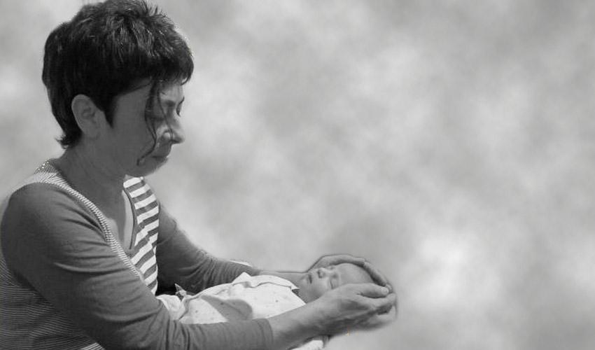 """ד""""ר אן פיזנטה מטפלת בשיטת קרניוסקרל ביודינמי (צילום: ענבל שלום)"""
