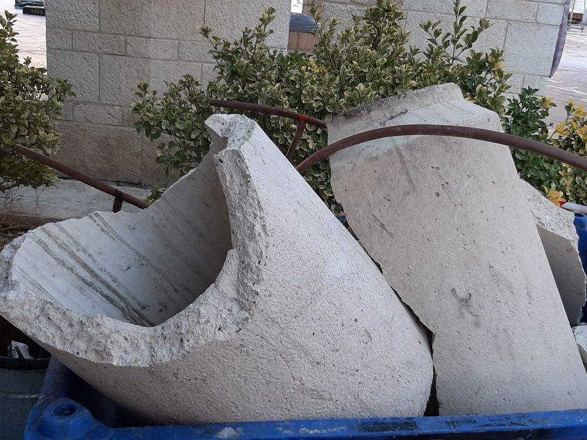 ההרס שהתגלה הבוקר בכיכר ספרא (צילום: לך ירושלים)