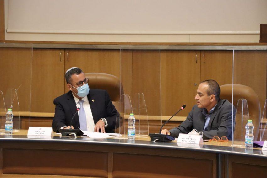 פרויקטור הקורונה פרופ' רוני גמזו וראש העיר משה ליאון באולם מועצת העירייה (צילום: דוברות העירייה)
