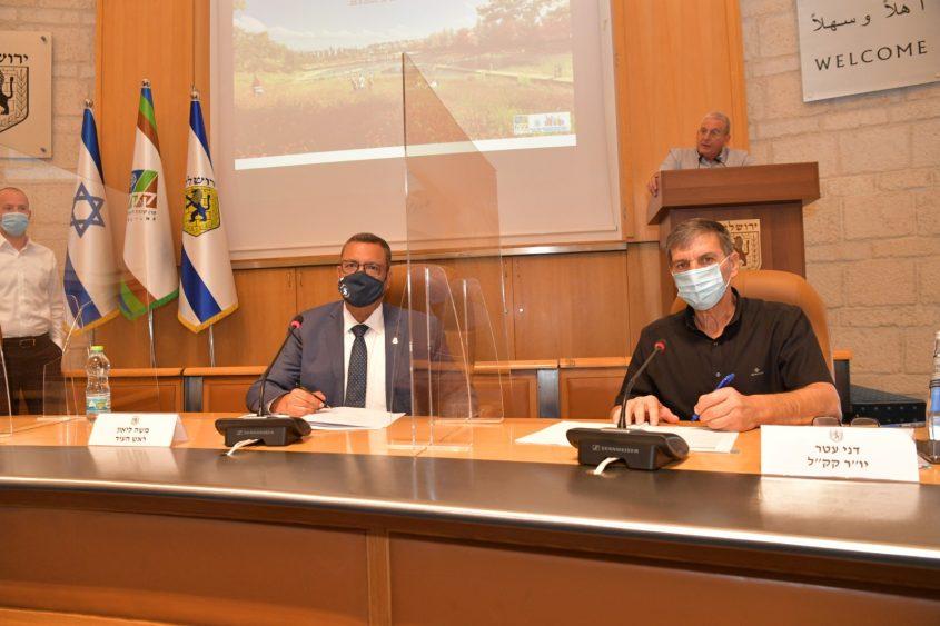 """יו""""ר קק""""ל דני עטר וראש העיר משה ליאון, היום בעיריית ירושלים (צילום: דוברות העירייה)"""