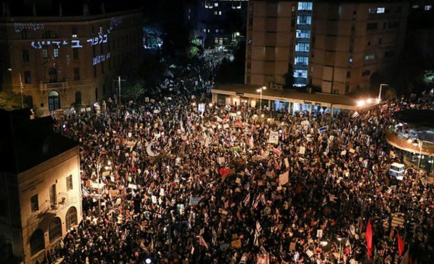 הפגנת ענק בבלפור - למעלה מ-10,000 מפגינות ומפגינים (צילום: אוהד צויגנברג)
