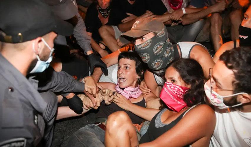 פינוי מפגינות בכוח (צילום: אוהד צויגנברג)