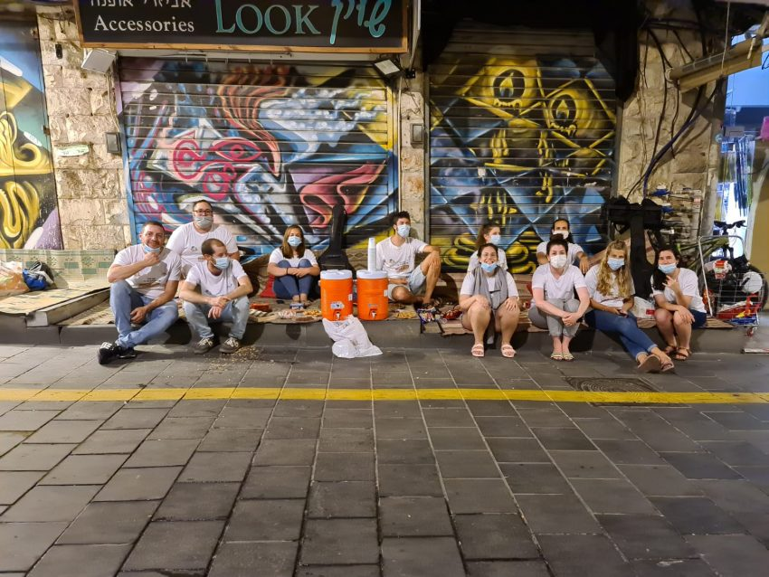 צוות קידום נוער נערך לפעילות בשוק מחנה יהודה (צילום: בן הנטקנט)