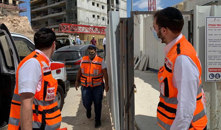 סמוך לאתר הבנייה ברחוב חזון איש (צילום: דוברות איחוד הצלה)
