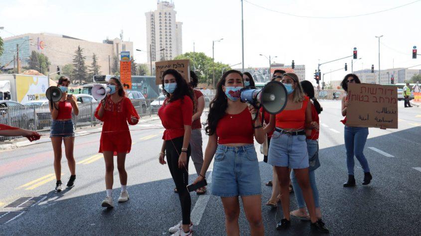 """עצרת בגשר המיתרים (צילום: ארגון לוט""""ם)"""