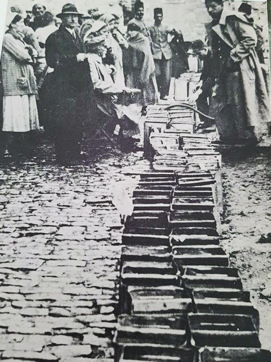 """חלוקת המים בירושלים ב-1915 (צילום רפרודוקציה: ד""""ר אדם אקרמן, באדיבות מחלקת הצילומים של אמריקן קולוני)"""