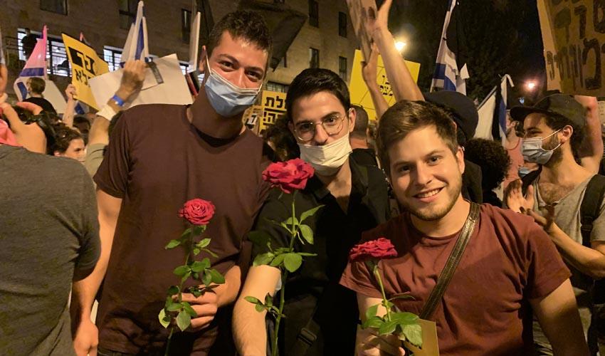 איתמר להב (במרכז) וחבריו ב'הפגנת בלפור' (צילום: פרטי)
