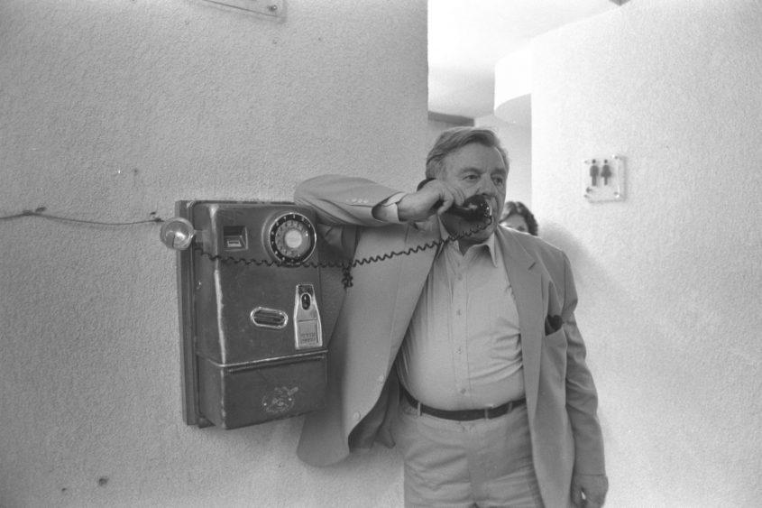 """טדי קולק ז""""ל, ראש העיר המיתולוגי של ירושלים משוחח בטלפון ציבורי (צילום: לע""""מ/נתי הרניק)"""