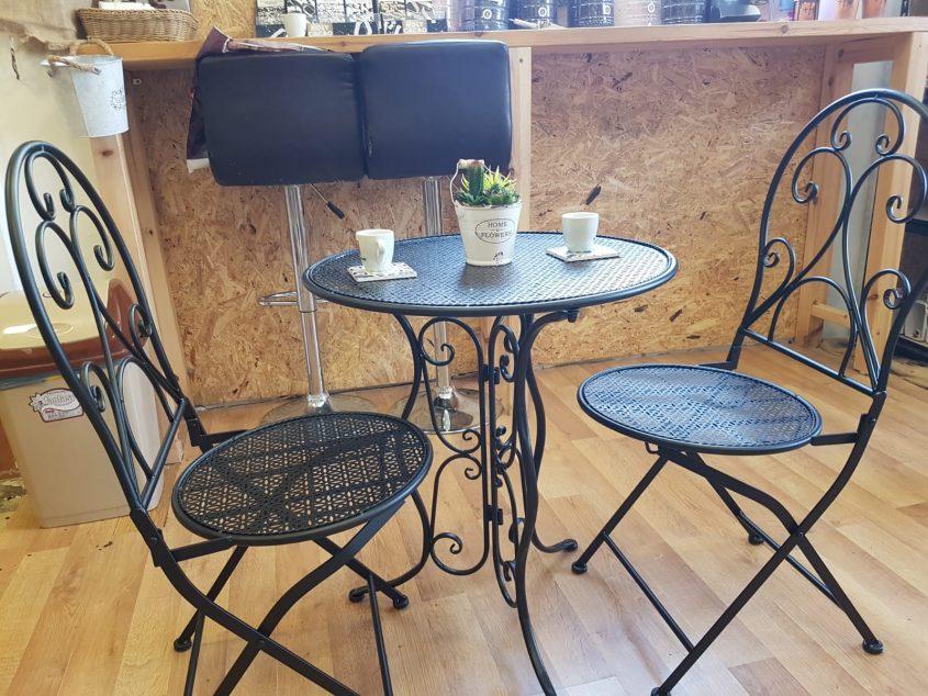אפשר לשתות קפה גם אצלנו בחנות (צילום: פרטי)