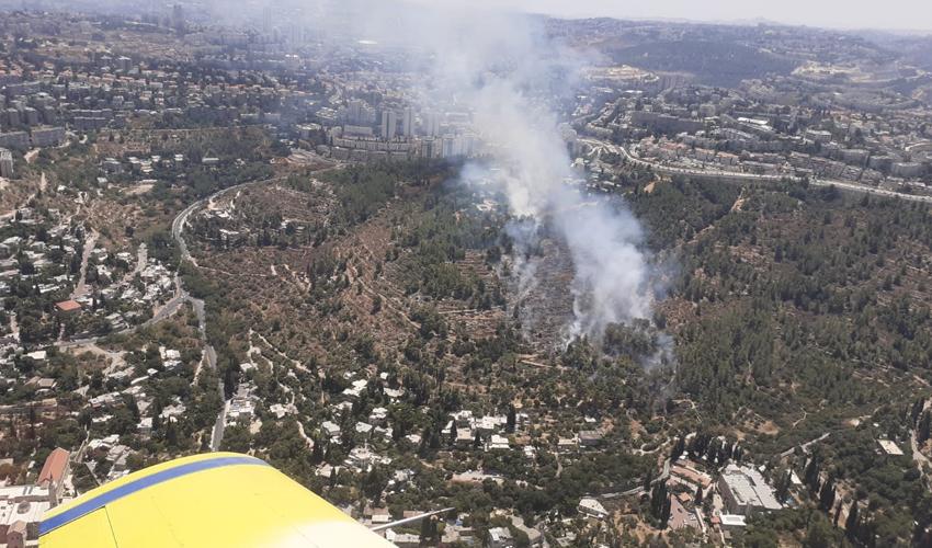 השריפה באזור עין כרם - מבט מהאוויר (צילום: היחידה האווירית, כבאות והצלה לישראל)