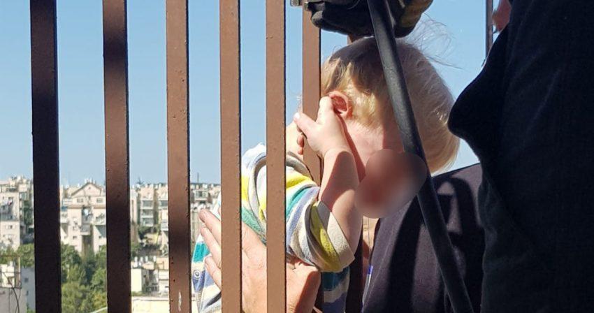 רוממה: ראשו של תינוק נלכד בין הסורגים, כשגופו באוויר – רגעי החילוץ הדרמטיים. צפו