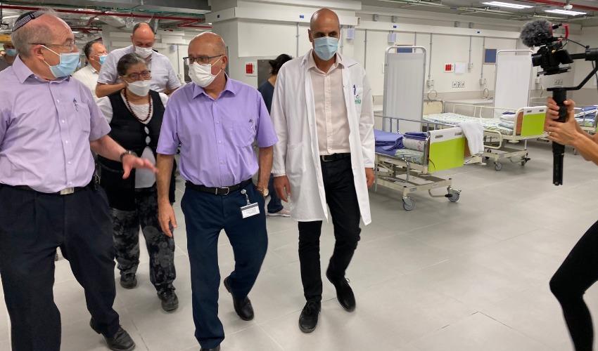 """מנכ""""ל משרד הבריאות בעת בביקור במחלקת הקורונה החדשה (צילום: דוברות המרכז הרפואי הרצוג)"""