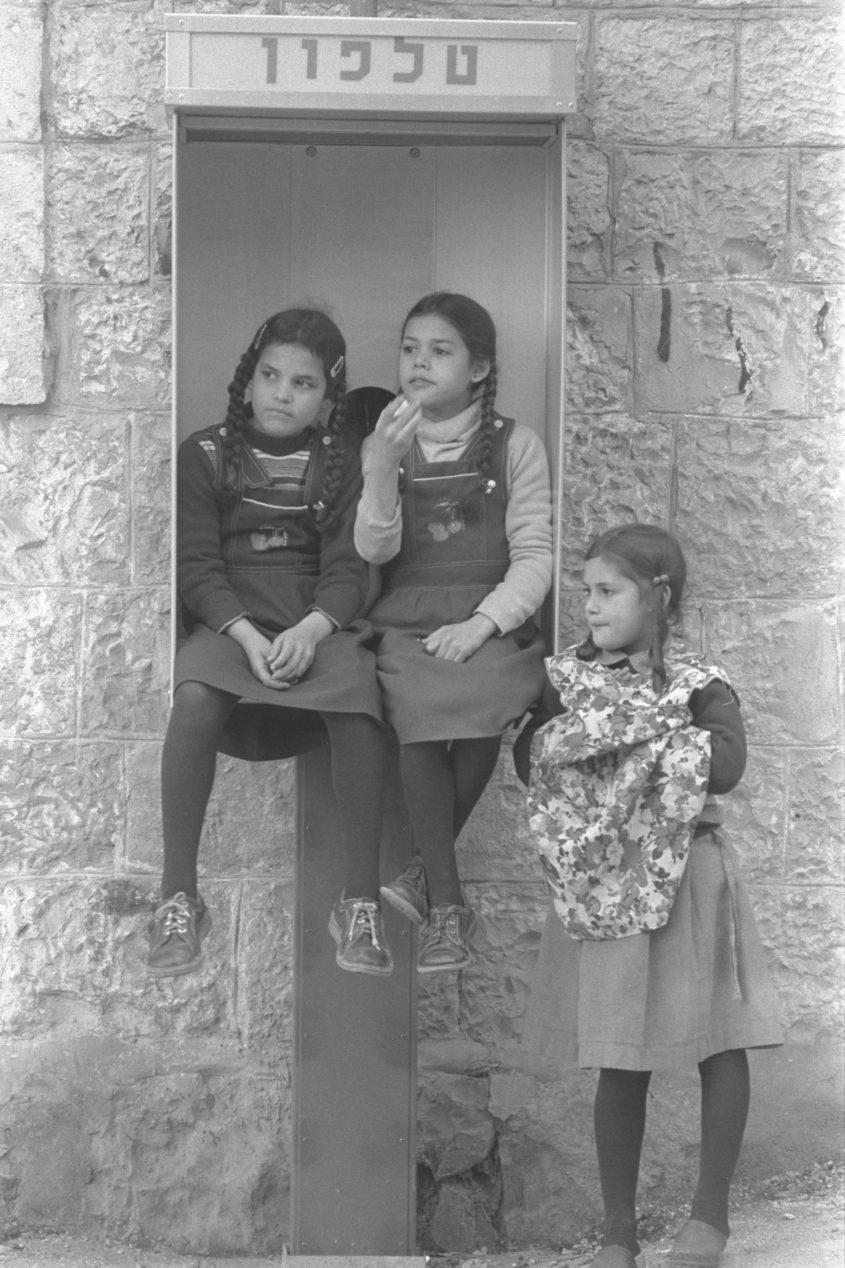 """טלפון ציבורי במאה שערים, שנות ה-80 (צילום: לע""""מ/נתי הרניק)"""