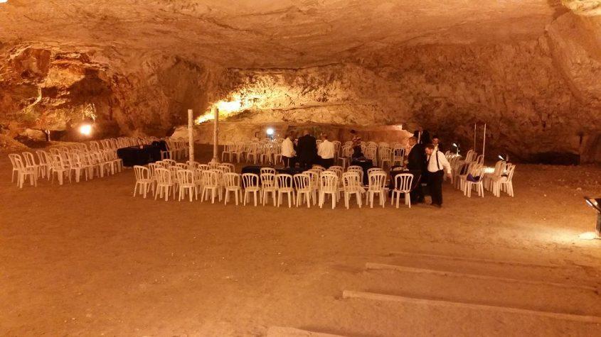 """בית הבונים החופשיים - הכנות לטקס ההשבעה במערת צדקיהו (צילום: ד""""ר אדם אקרמן)"""