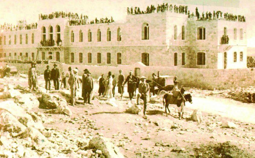"""בית החולים שערי צדק בבנייתו ב-1902 (צילום רפרודוקציה: ד""""ר אדם אקרמן, באדיבות מחלקת הצילומים של אמריקן קולוני)"""