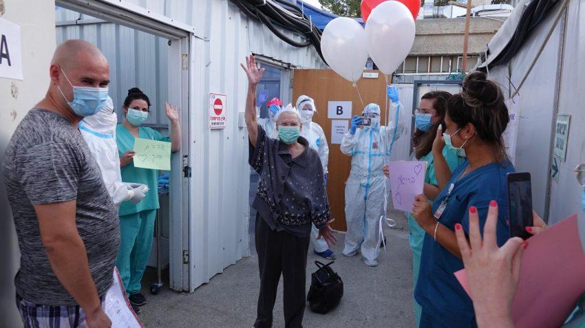 מרינה צ׳יבטובה, רגע אחרי ששוחררה ממחלקת הקורונה בשערי צדק - אושפזה 99 ימים ושחררה בריאה (צילום: דוברות שערי צדק)