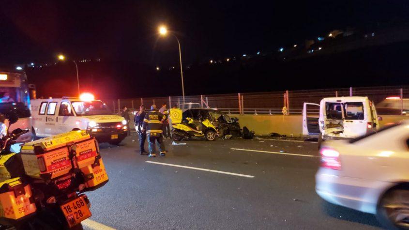 """זירת התאונה הקשה הלילה בכביש 1 (צילום: יש לוי, תיעוד מבצעי מד""""א)"""