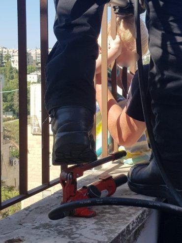 רגעי החילוץ של ראשו של התינוק שנתקע בסורגים (צילום: י.ר ובנצי ליזרוביץ - קול חי)