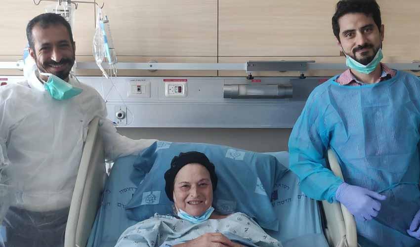 """ד""""ר עבד חלאילה וד""""ר סמיר אבו גזלה עם דבורה (צילום: דוברות הדסה)"""